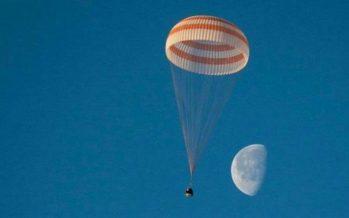 Cápsula de nave espacial Soyuz aterriza con éxito en República de Kazajistán