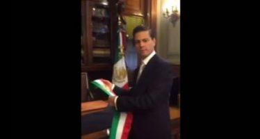 Video: Momento en que casi se le cae banda presidencial a Peña Nieto