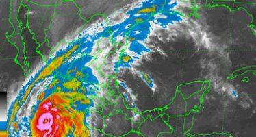 Con vientos de 325 km por hora, el súper huracán Patricia está ya a 200 kilómetros de las costas de Manzanillo, Colima