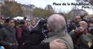 Joven musulmán regala abrazos en París