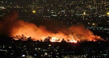 Fuerte incendio en pastizales de Cuemanco