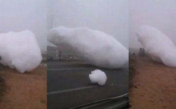 Video insólito: Nubes de espuma caen del cielo en Marruecos