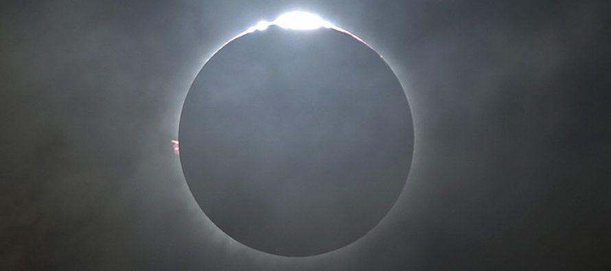 Una visión celestial: Así se vio y se vivió el eclipse solar total a bordo de un avión (video)