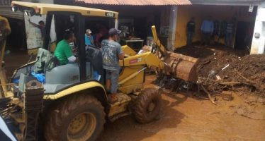 Envía Sedrua maquinaria pesada a Ixtaro para apoyar a afectados por tromba