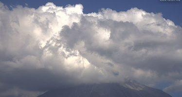 Volcán de Colima lanza dos kilómetros de humo la madrugada de este miércoles