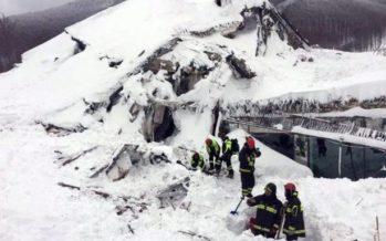 8 personas vivas son encontradas en el hotel de Italia que fue sepultado por avalancha