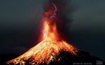 Volcán de Colima registra fuerte explosión y cubre de ceniza al menos siete localidades