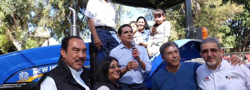 Cojumatlán también recibe apoyo de entrega de tractores por el programa A Toda Maquina
