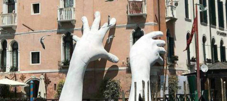 Las manos gigantes que adornan Venecia, con participación oscense