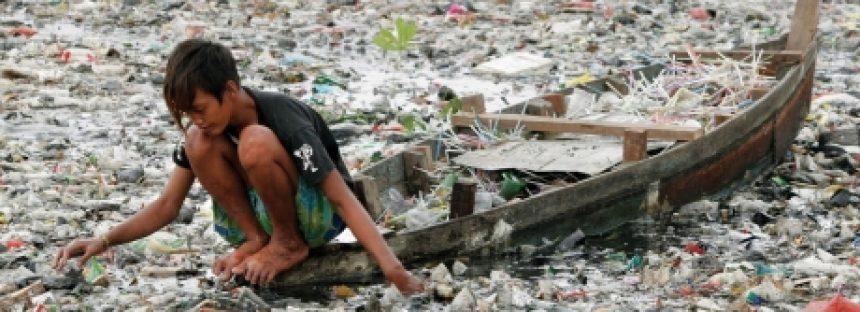 100 millones de botellas de plástico al día se confinan en los océanos del mundo