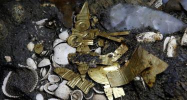 Encuentran un lobo cubierto de oro en el corazón de México