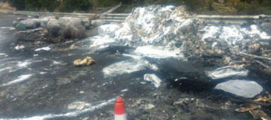 Incendio de tráiler, provoca derrame de sustancias tóxicas en Durango