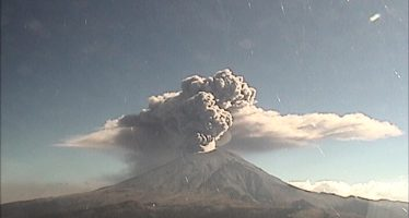 Fuerte erupción del volcán Popocatépetl hoy a las 14:13 horas, lanza ceniza a 2 km de altura