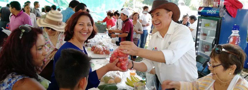 Venta de productos del campo michoacano en la Kermés del DIF
