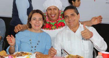 Convive Gobernador con cocineras tradicionaes y disfruta platillos típicos en Festival de la Gastronomía Michoacana