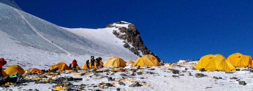 El Everest, un vertedero en el techo del mundo