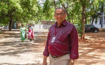 El hombre que pavimenta las carreteras de la India con plástico viejo