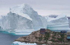 Un iceberg pone en peligro una aldea al oeste de Groenlandia