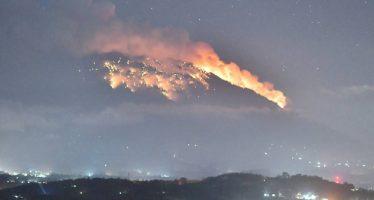 La erupción del volcán Agung, en Bali, lanza magma a dos kilómetros del cráter