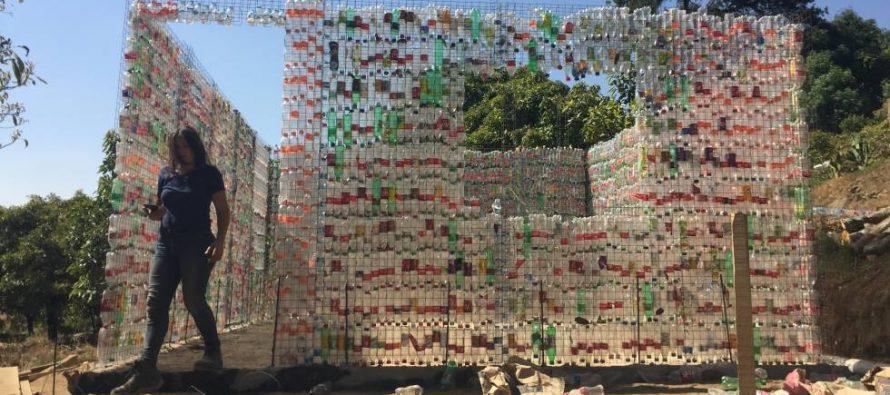 Casas de botellas de plástico para los damnificados por el sismo en México