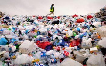 Problemas de la industria del reciclaje de plástico que cuestan a los consejos hasta £ 500,000 al año