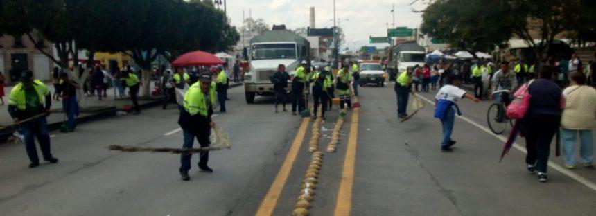 Brigadas de limpieza después del desfile cívico militar en honor a Morelos