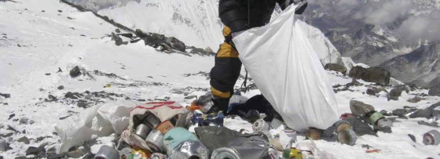 China cierra el campo base del Everest a los turistas por la basura