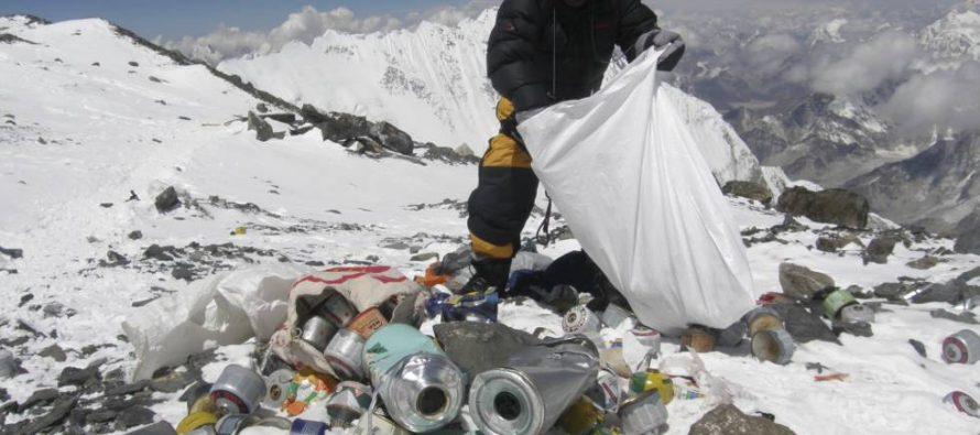 China cierra el campo base del Everest a los turistas por la basura