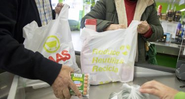 Prueba piloto en el mercado de Olot para eliminar las bolsas de plástico