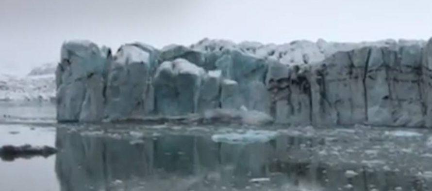 La caída de parte de un glaciar crea una ola enorme en un lago de Islandia