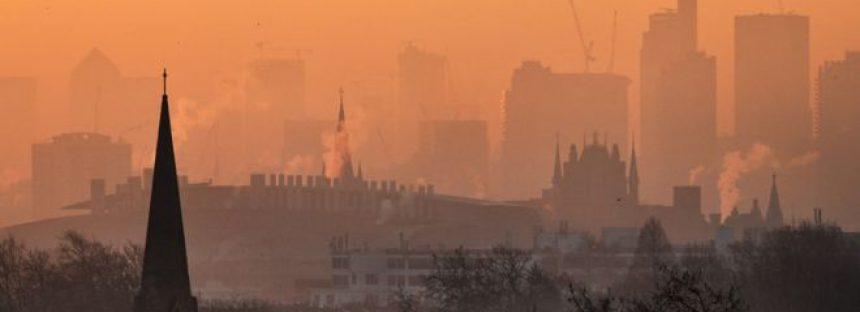 Cómo se comparan las drásticas medidas de Londres contra la contaminación con las de Ciudad de México, Bogotá y otras urbes