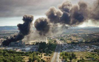 """Un """"aparatoso"""" incendio en una fábrica de plásticos llena de humo el Campo de Gibraltar"""