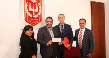 Banco Santander entrega becas para movilidad de estudiantes de la UATx