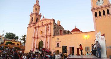Entrega Elvia Montes reloj musical en Villa Progreso