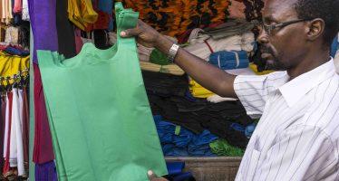 El extremo de la guerra contra el plástico: cárcel por usar bolsas