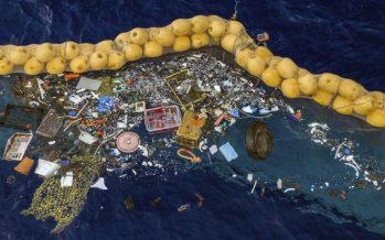 El dispositivo de limpieza del océano recolecta con éxito plástico por primera vez