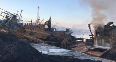 Continúa la barrera de contención de combustible en torno al buque incendiado en Colima