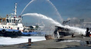 Valoran posibles daños ambientales por el buque incendiado en Manzanillo