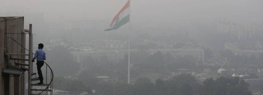 Delhi reparte millones de máscaras tras declarar la emergencia de salud pública por contaminación