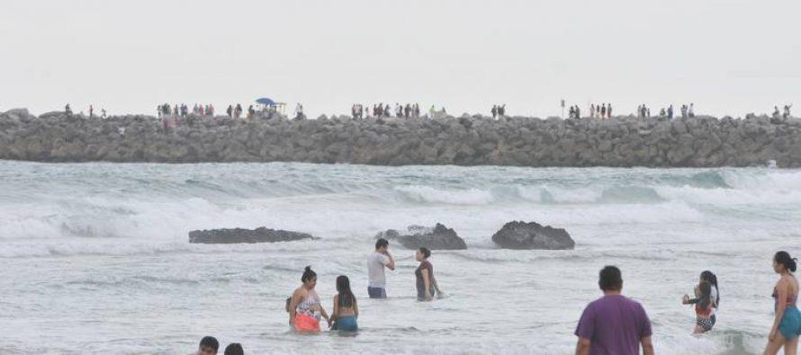 El mar expulsa piedras de chapopote en Tamaulipas