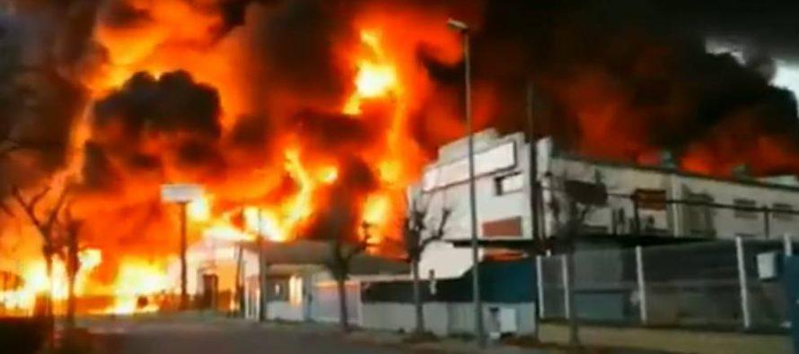 Un incendio en una planta de residuos de Barcelona activa la alerta por riesgo químico