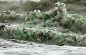 """Olas de plásticos en Sudáfrica, la triste imagen del """"progreso"""""""