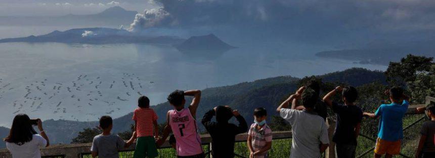 El volcán Taal de Filipinas comienza a expulsar lava y deja ya más de 16.000 evacuados